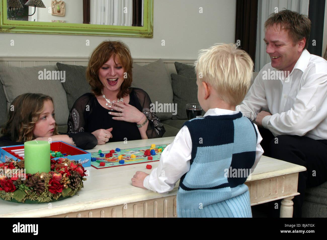 Familia Jugando Juego De Navidad Juegos Foto Imagen De Stock