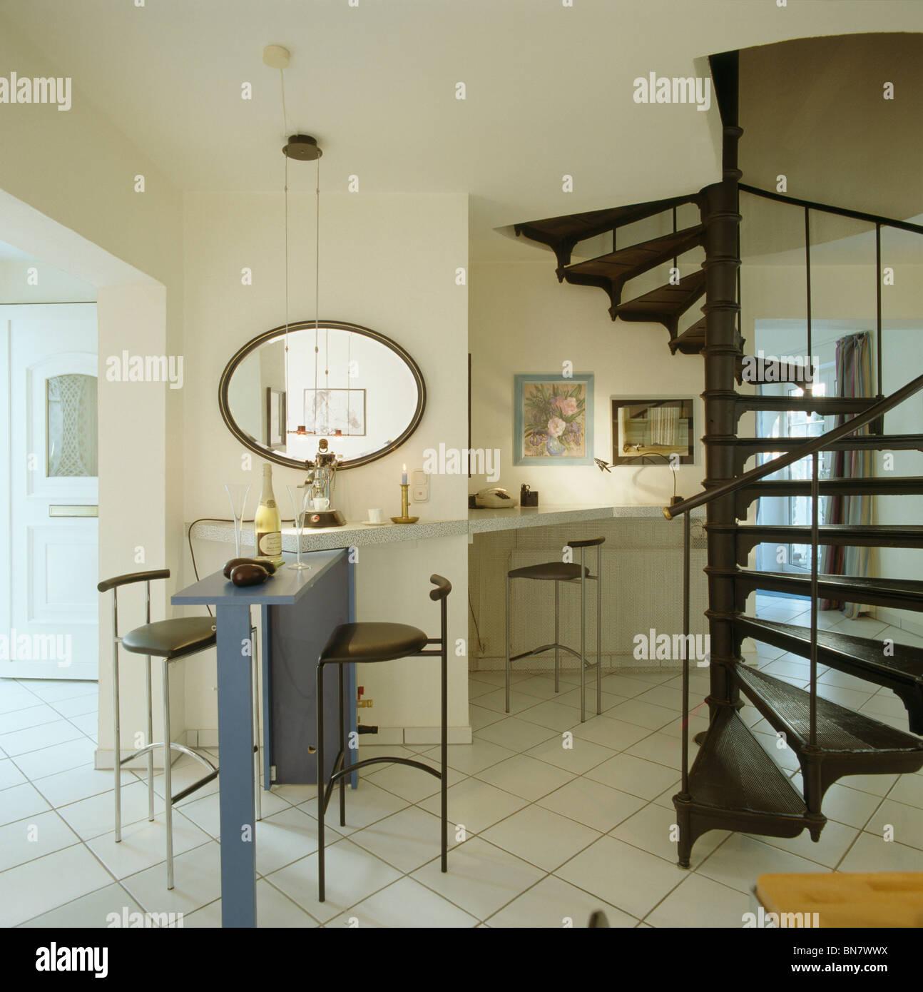 Escalera De Caracol Negro Y Suelos De Azulejo Blanco En La Moderna - Escaleras-de-caracol-modernas