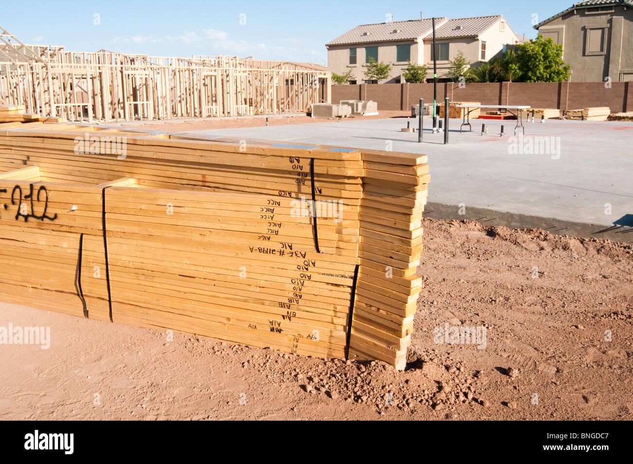 Los materiales de construcción están apilados en el sitio de ...