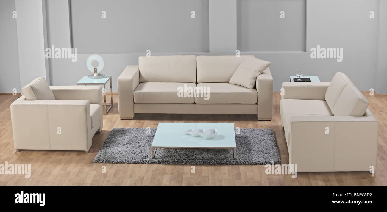 Una minimalista moderno salón-comedor con muebles de cuero blanco ...