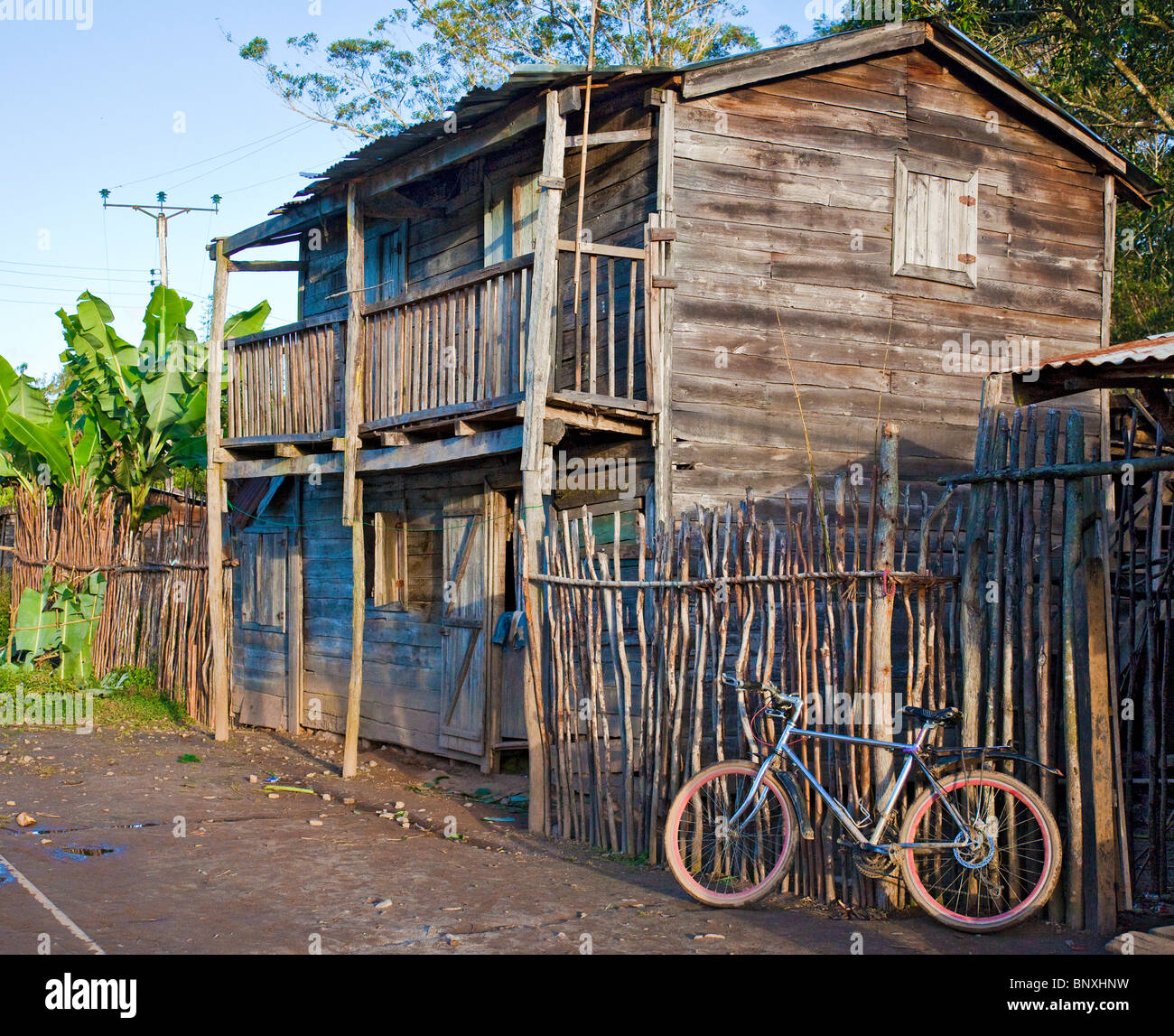 Una Casa De Madera De Dos Pisos Con Balcones En Andisabe Village En