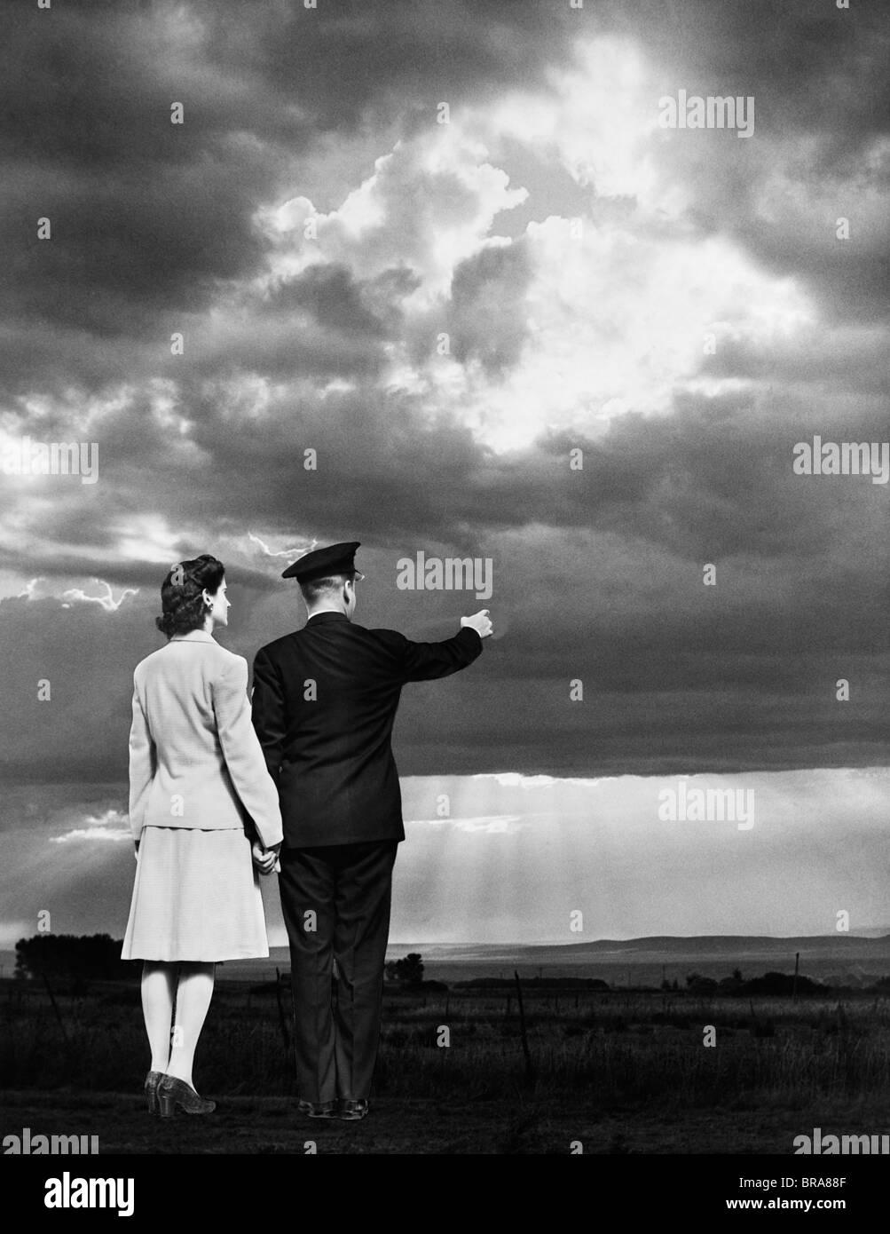 SUNSET hombre vestido MANOS a uniforme 1940 con PAREJA militar MUJER apuntando HOMBRE wq6nTpBg