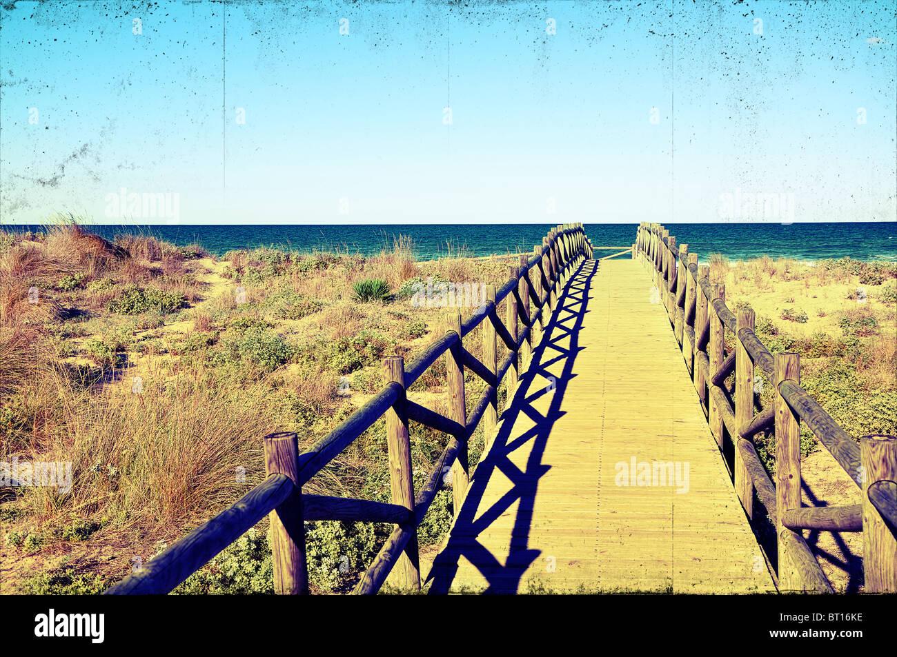 Puente de madera sobre las dunas de la playa con un proceso ...