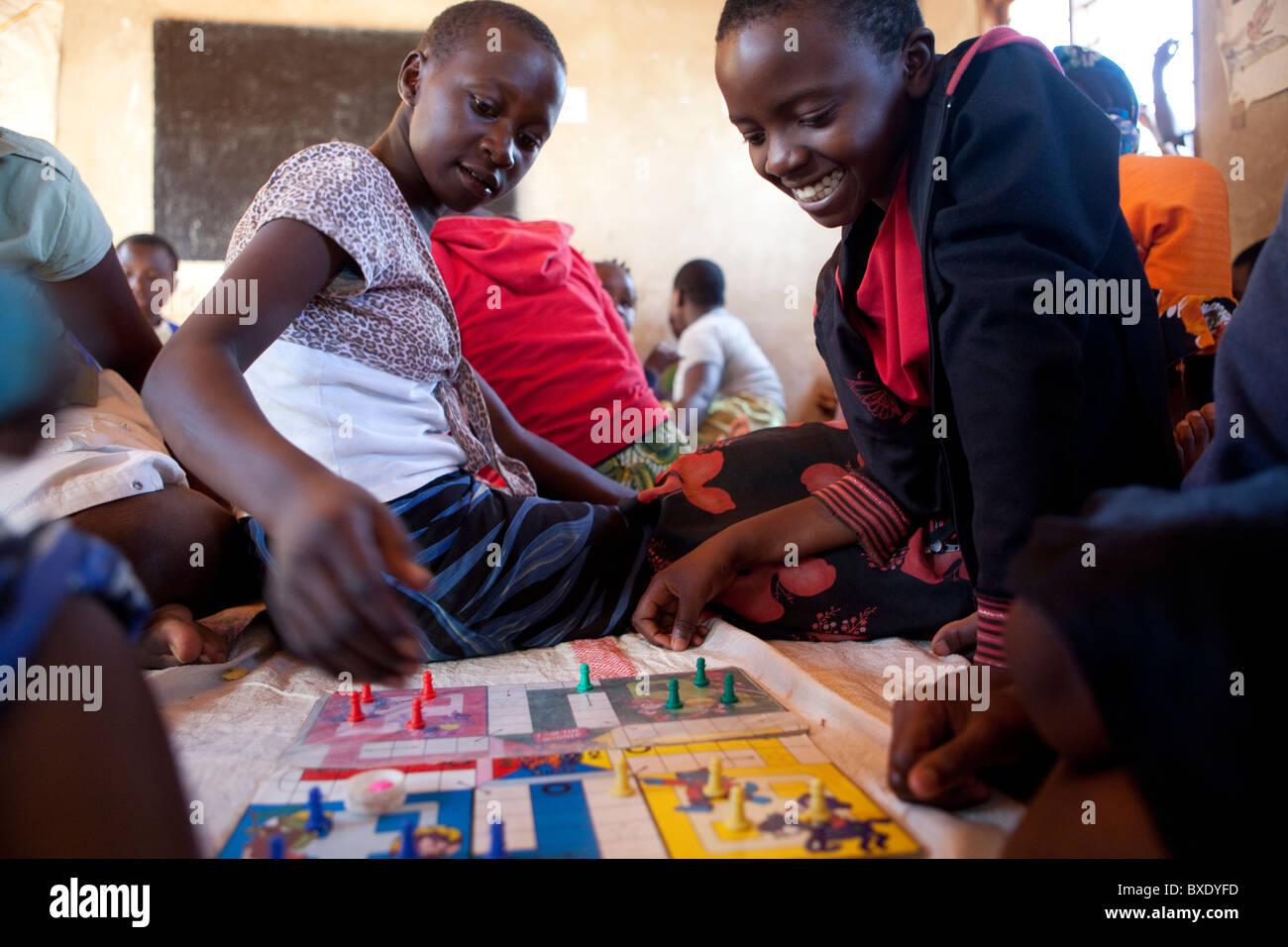 Las Ninas Adolescentes Jugar A Juegos De Mesa Junto A Un Programa