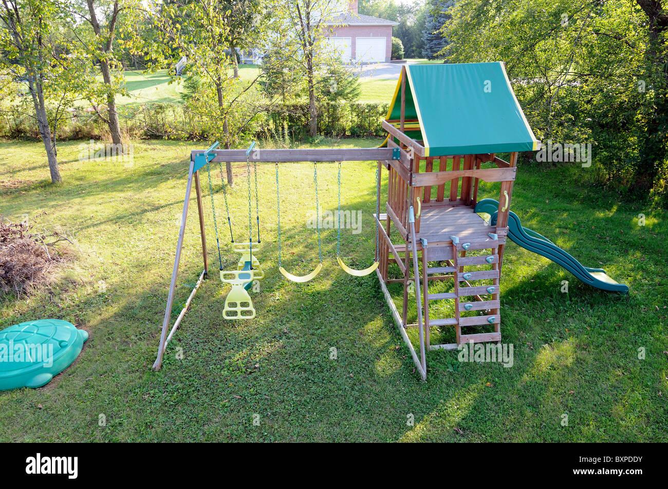 Estructura De Juegos Infantiles Con Columpios En El Jardin De Una - Casa-de-juegos-infantiles