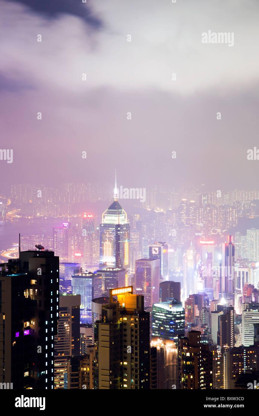 El impresionante horizonte de Hong Kong visto desde el mirador de pico durante la noche. Las imponentes estructuras Imagen De Stock