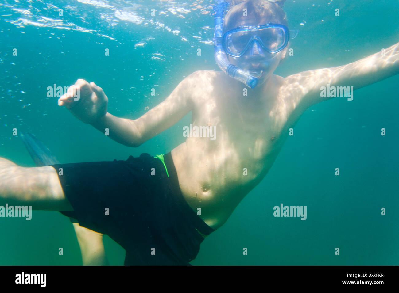 Adolescente el snorkeling en las aguas de Salto(Saltö) Suecia Imagen De Stock