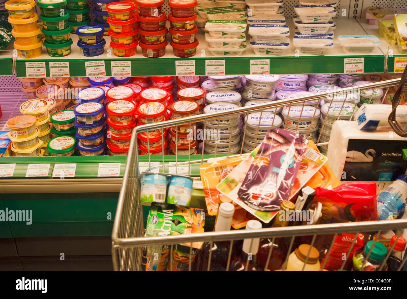 Carrito De Compras Lleno De Comida En El Corte Ingles Supermercado
