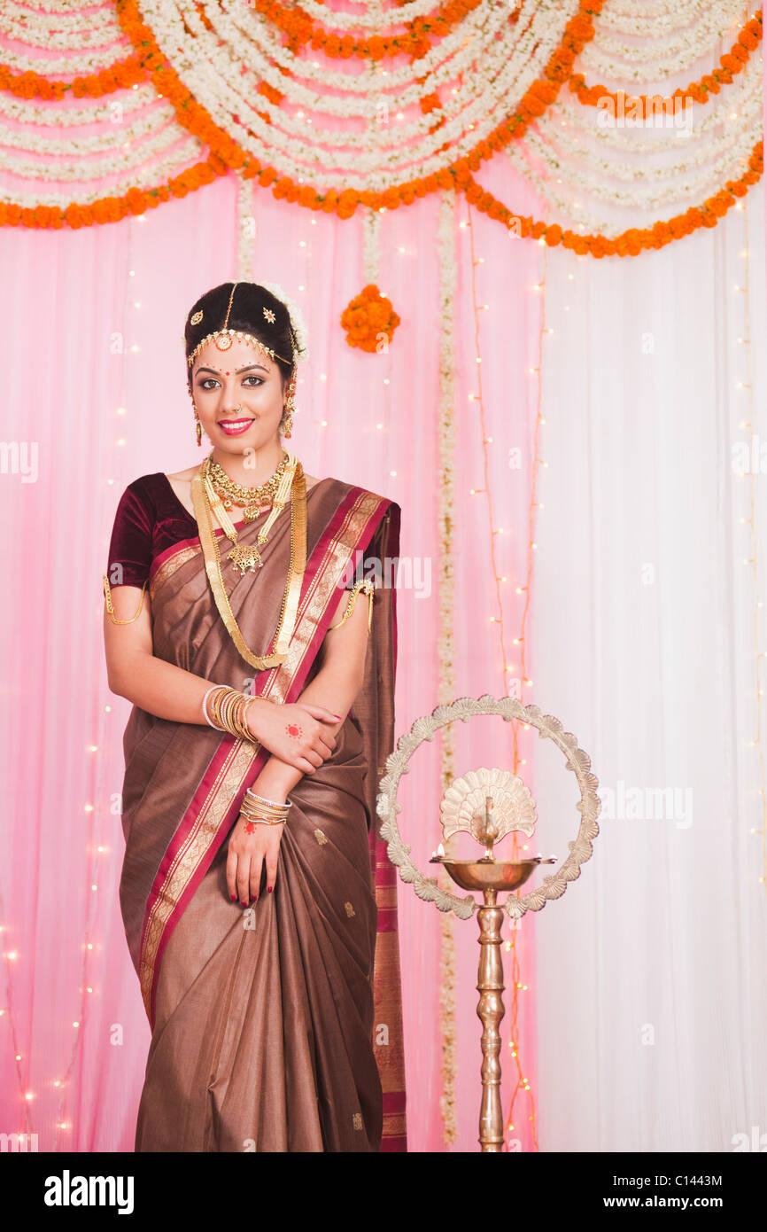Novia en el sur de la India tradicional vestido de boda mandap ...