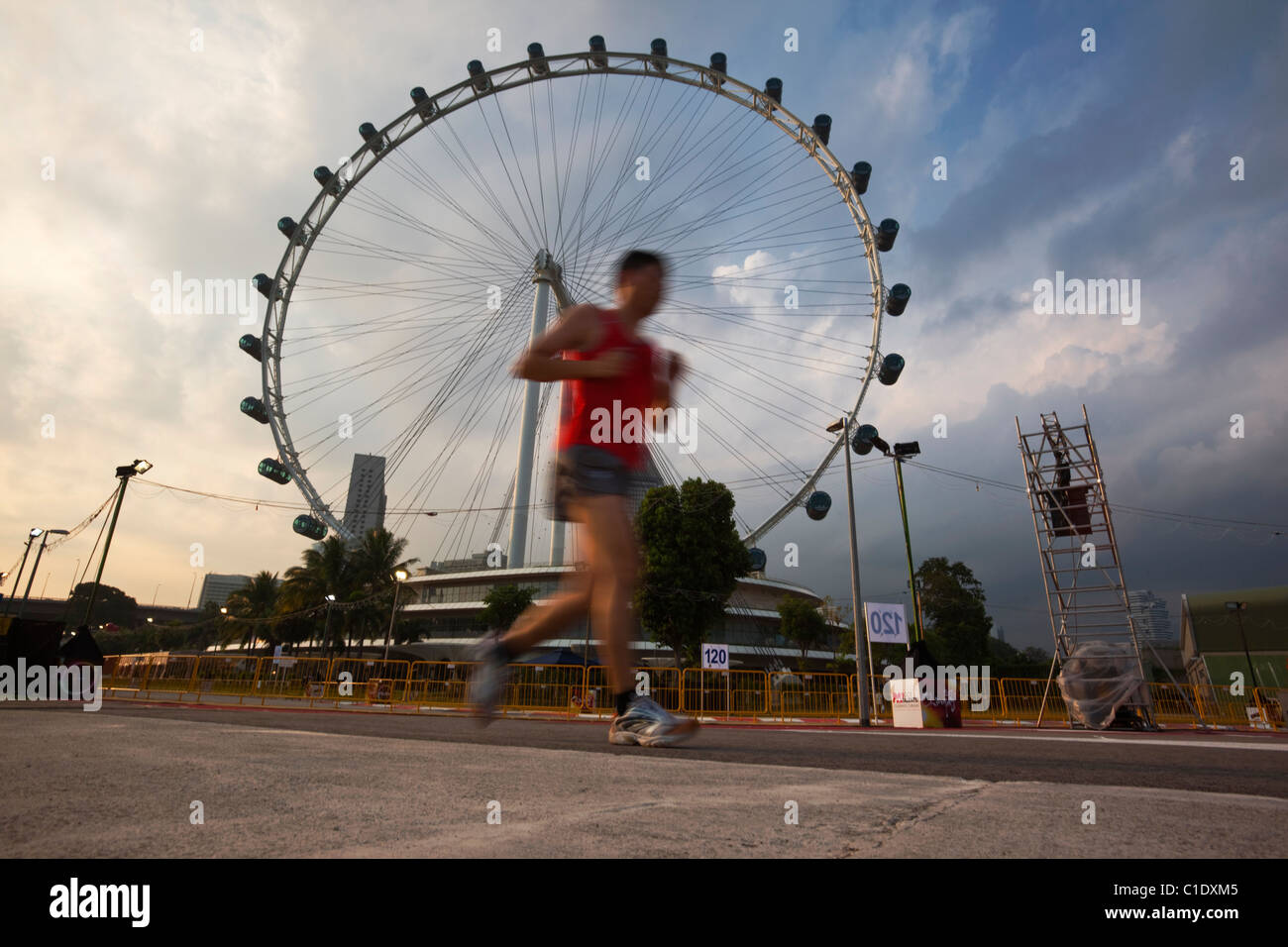 Hombre Corriendo Con El Singapore Flyer En El Fondo Marina Bay