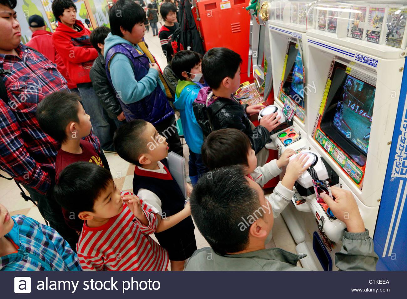 Los Ninos Japoneses En La Seccion De Juegos De Ordenador En Una