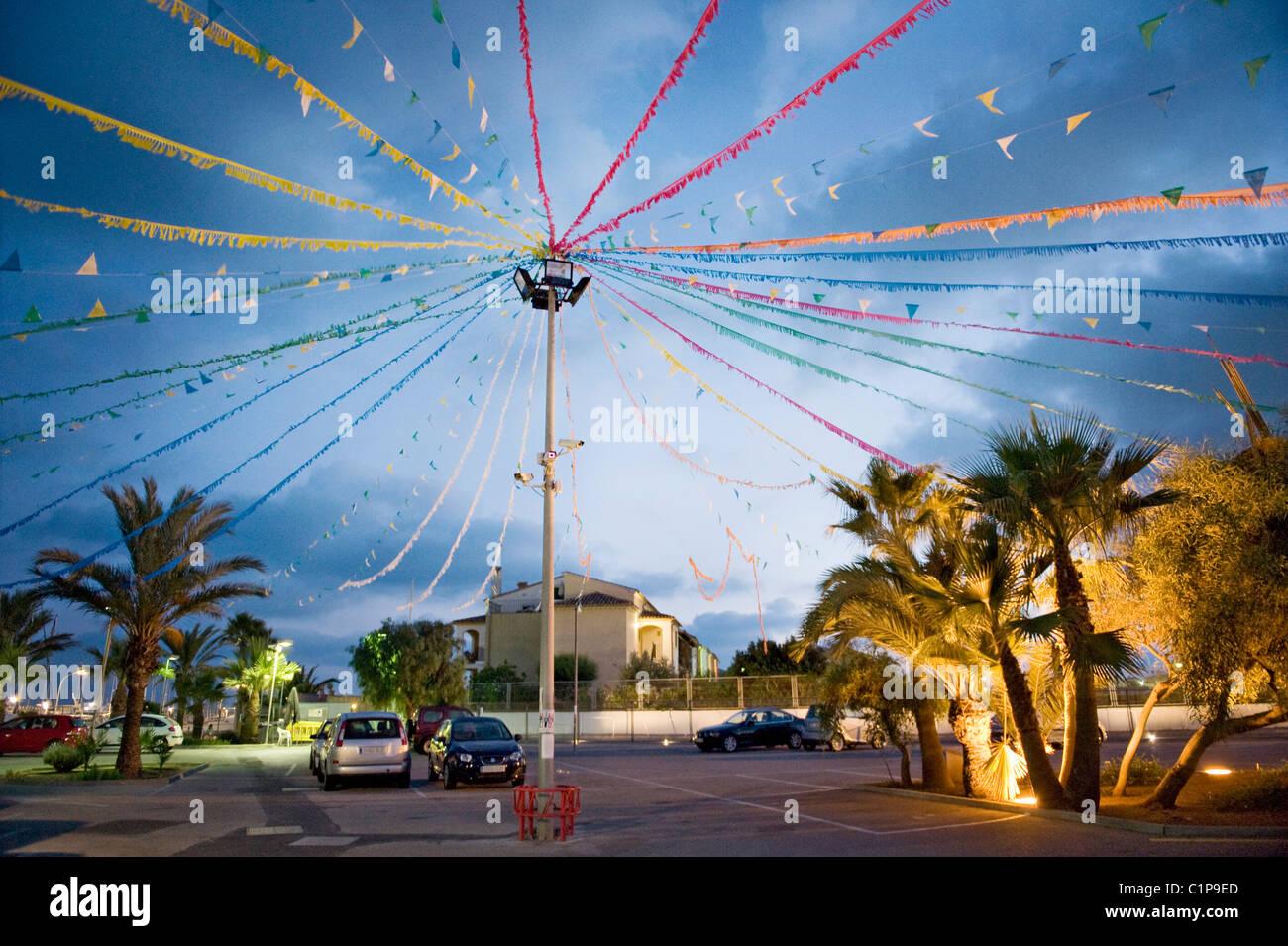 Decorado street durante el anochecer Imagen De Stock