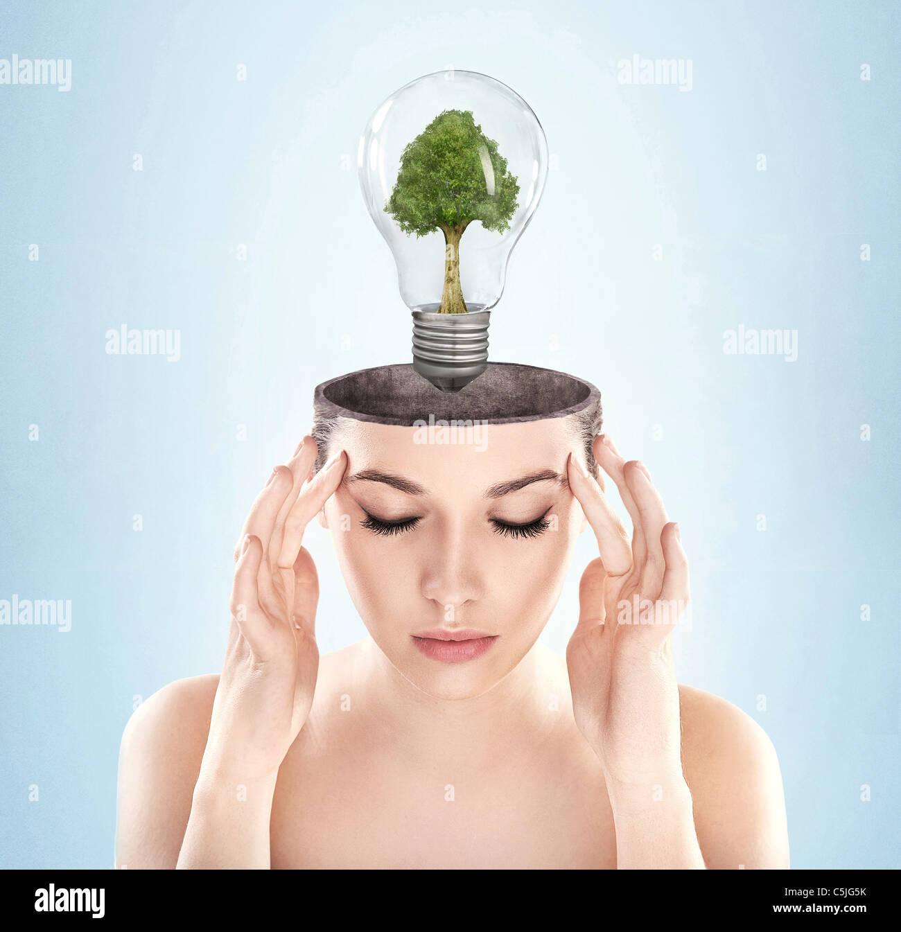 Mujer de mente abierta con el símbolo de energía verde Imagen De Stock