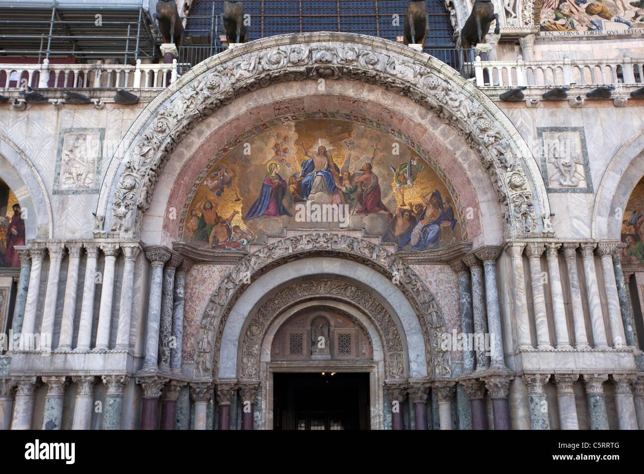 Arqueado, fresco mural pintado en la entrada a la Catedral de San ...