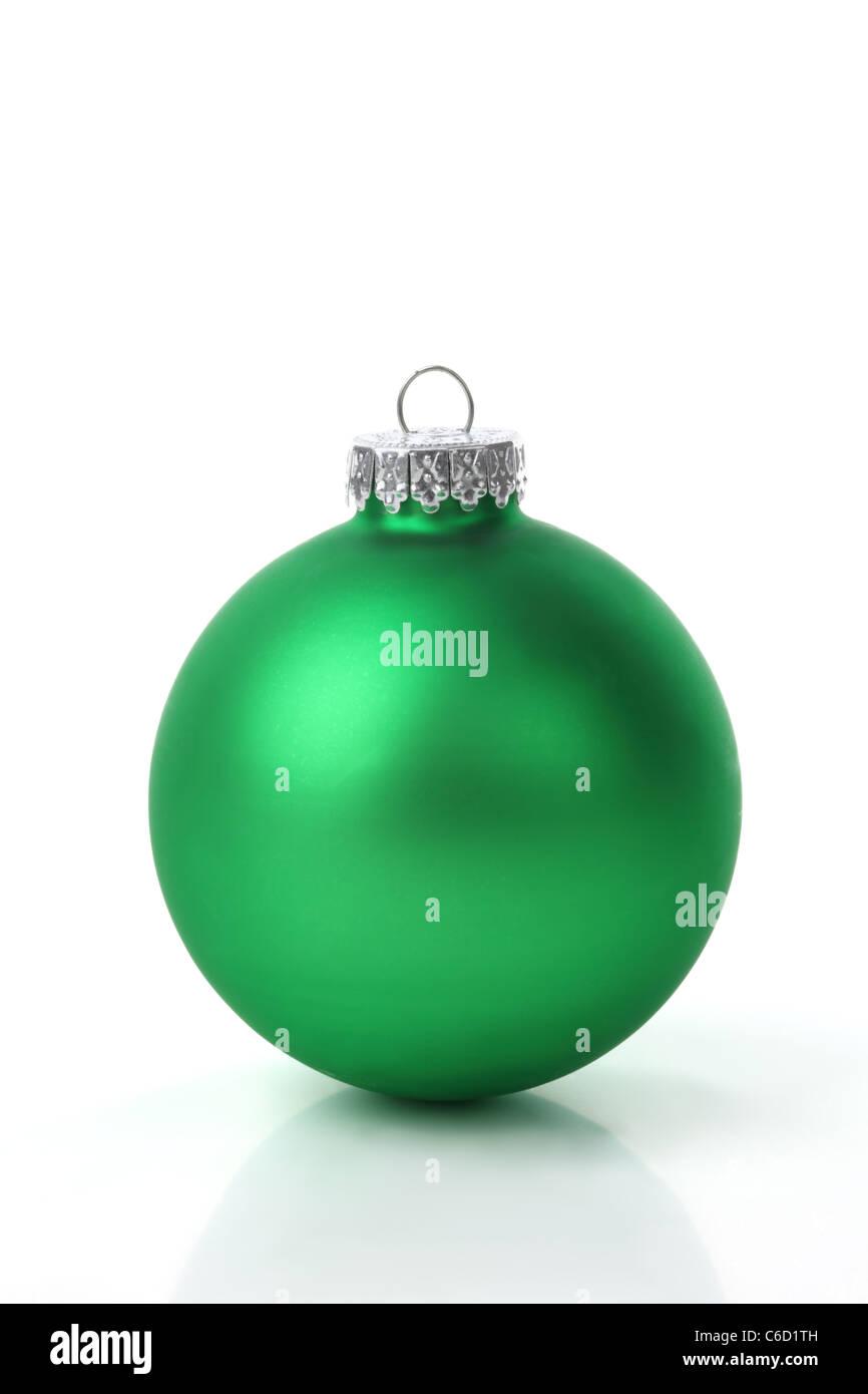 c2a29cf00fb98 Bolas de navidad verdes sobre fondo blanco Foto   Imagen De Stock ...