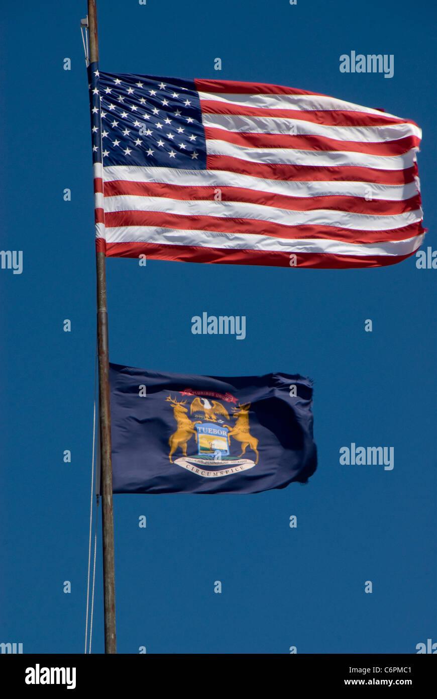 Estrellas y rayas y la bandera del Estado de Michigan, Southport ...