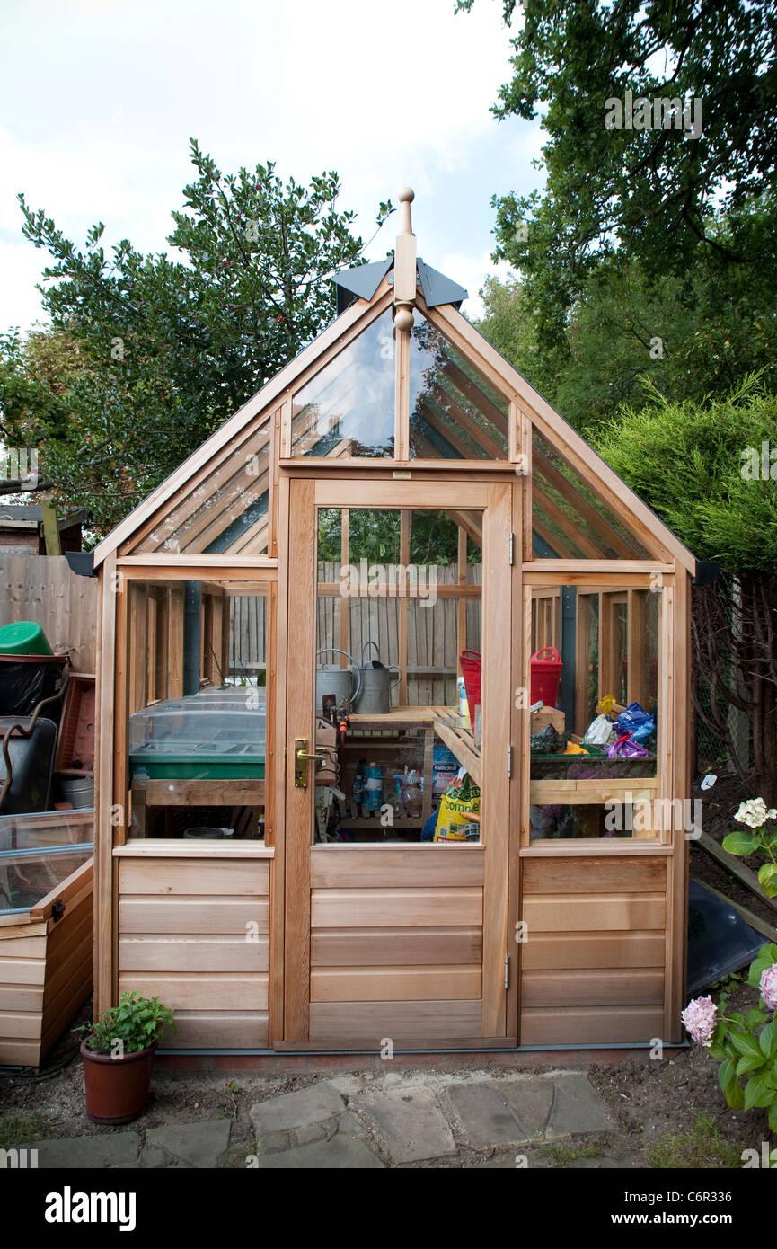Nuevo lindo pequeño invernadero en un jardín privado en el centro de ...