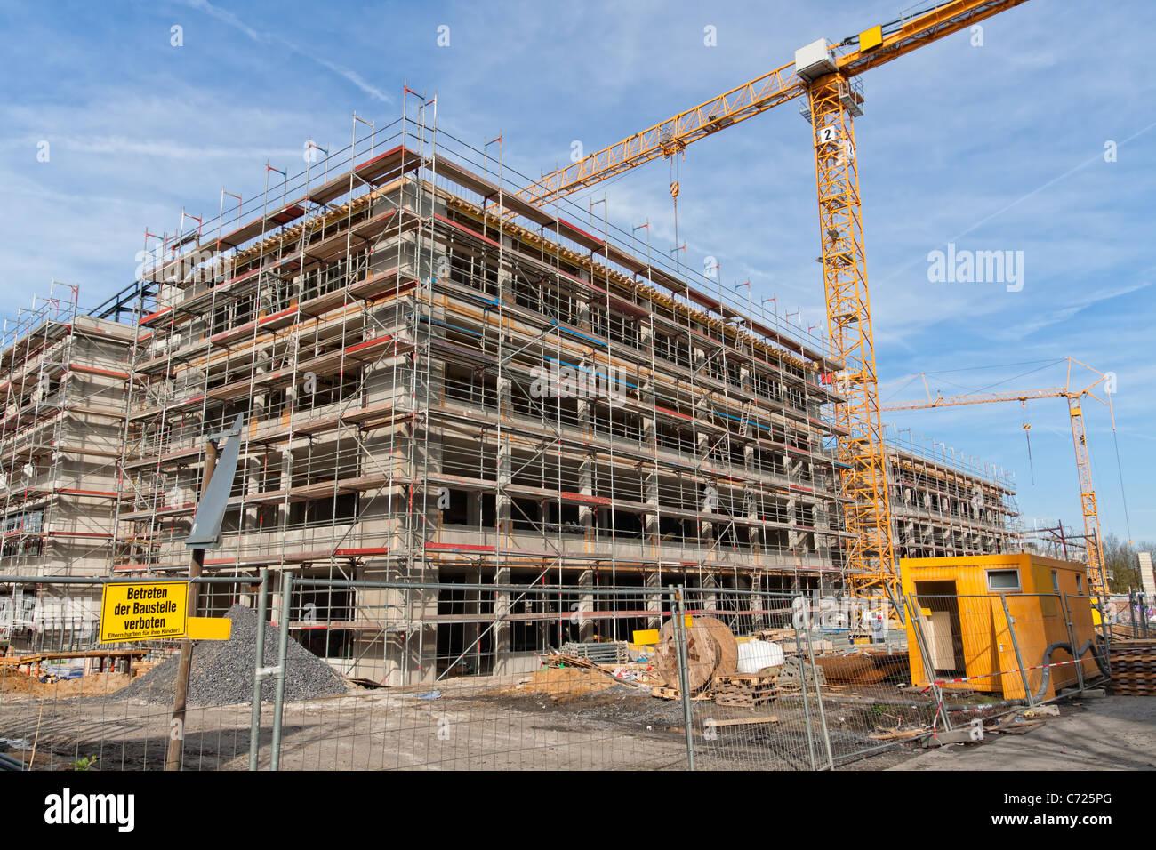 Gran sitio de construcción con un andamiaje institucional, grúa ...