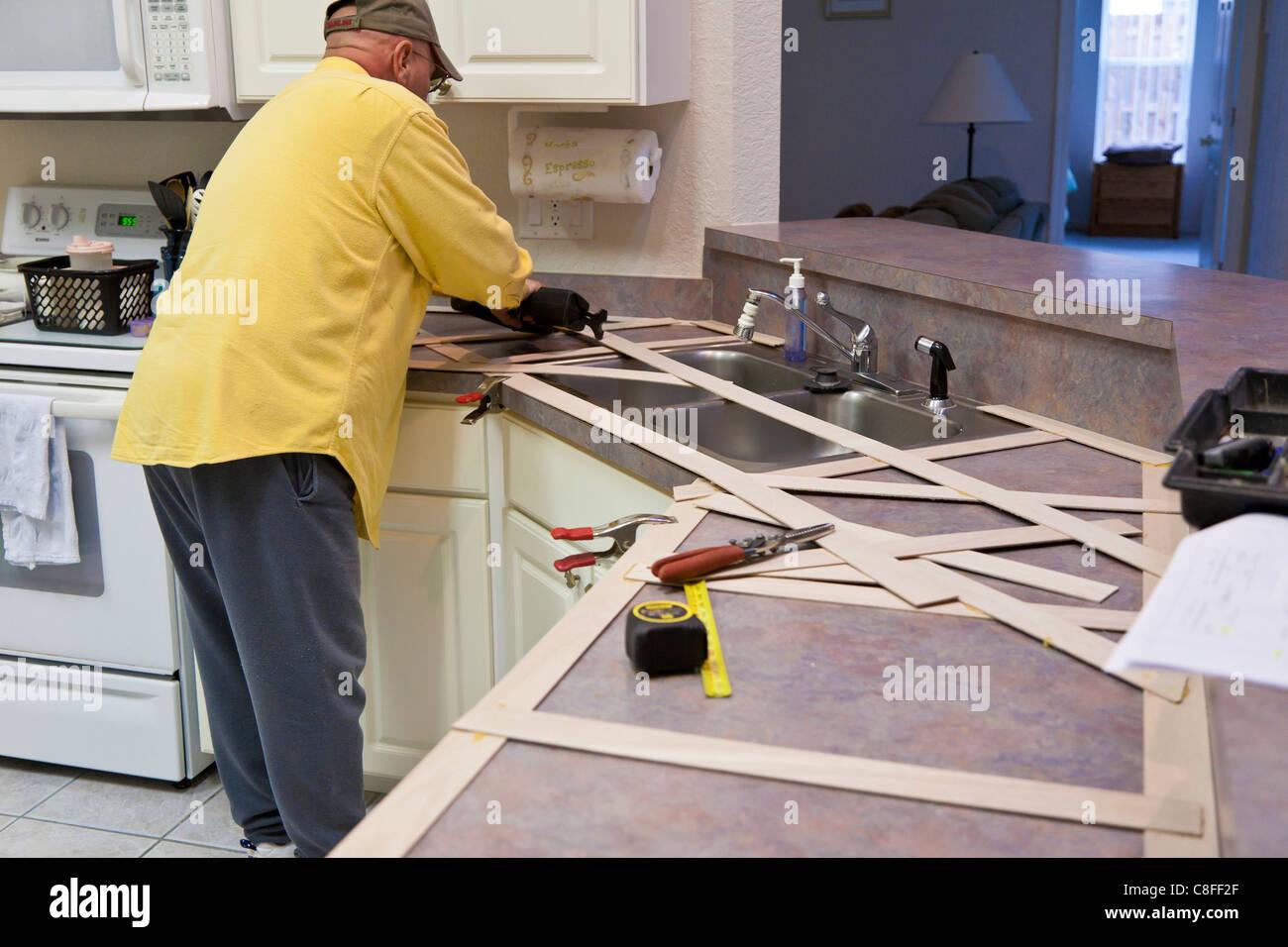 El hombre crea una plantilla de madera para realizar nuevas ...