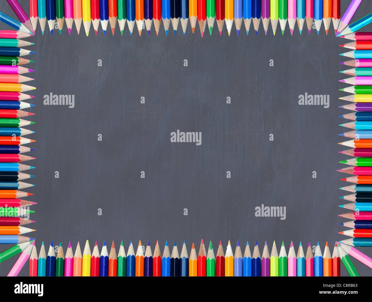Pizarra enmarcadas con lápices de colores Foto & Imagen De Stock ...