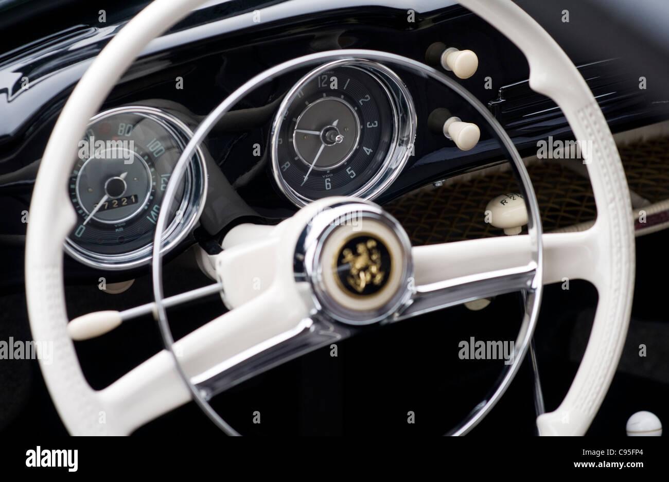 Detalles Interiores Y El Volante De Un Negro 1950 Vw Karmann Ghia Volkswagen Coche Clsico