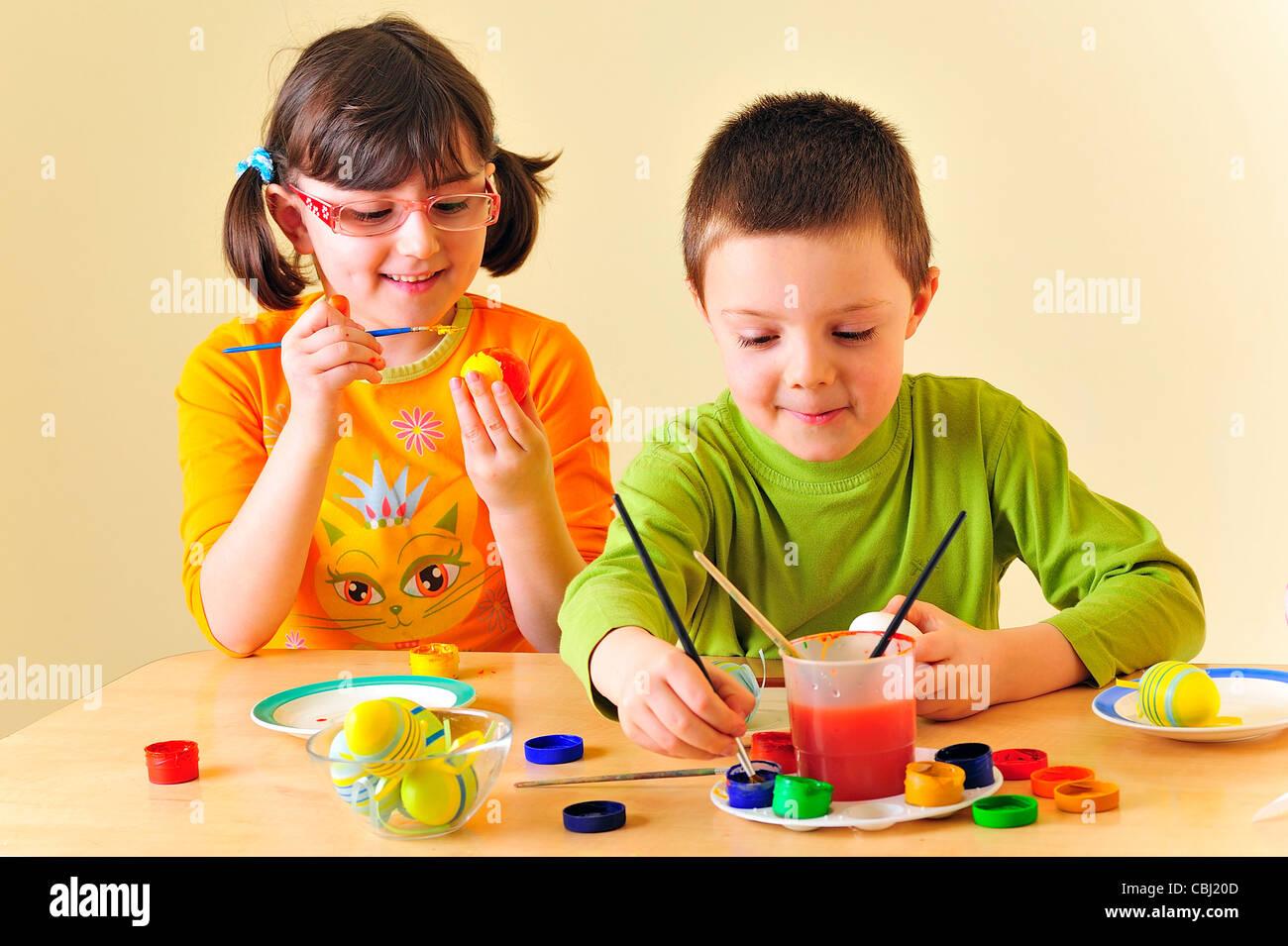 Los niños pintando huevos Foto & Imagen De Stock: 41578669 - Alamy