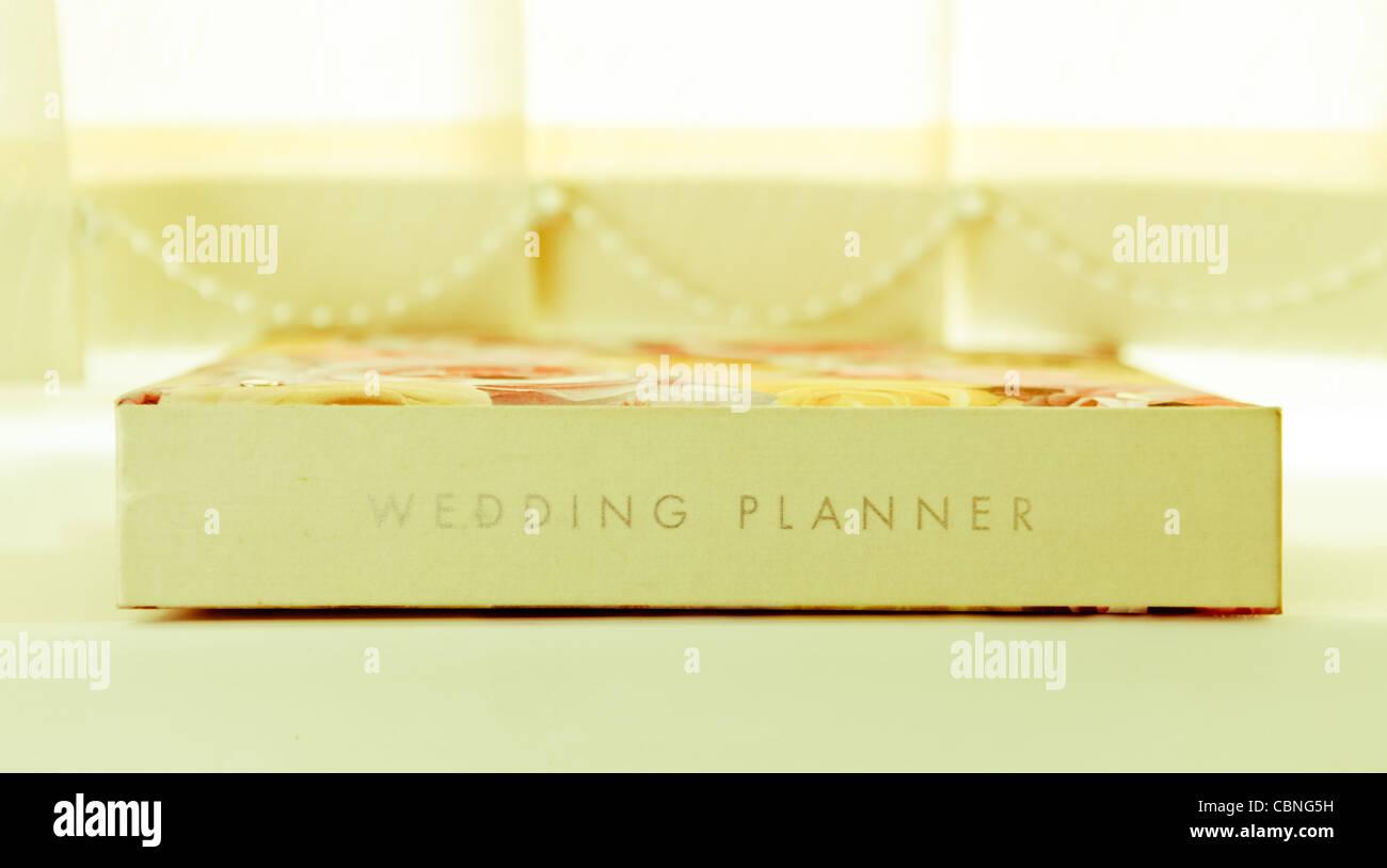 un planificador de bodas oficial sobre un alféizar en luz colores