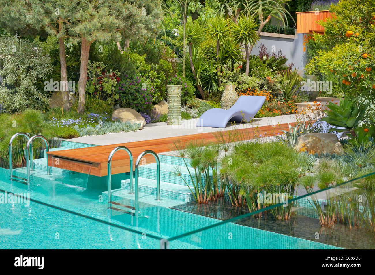 Moderno Diseno De Jardines Con Una Piscina De Estilo Mediterraneo - Diseo-de-jardines-con-piscina