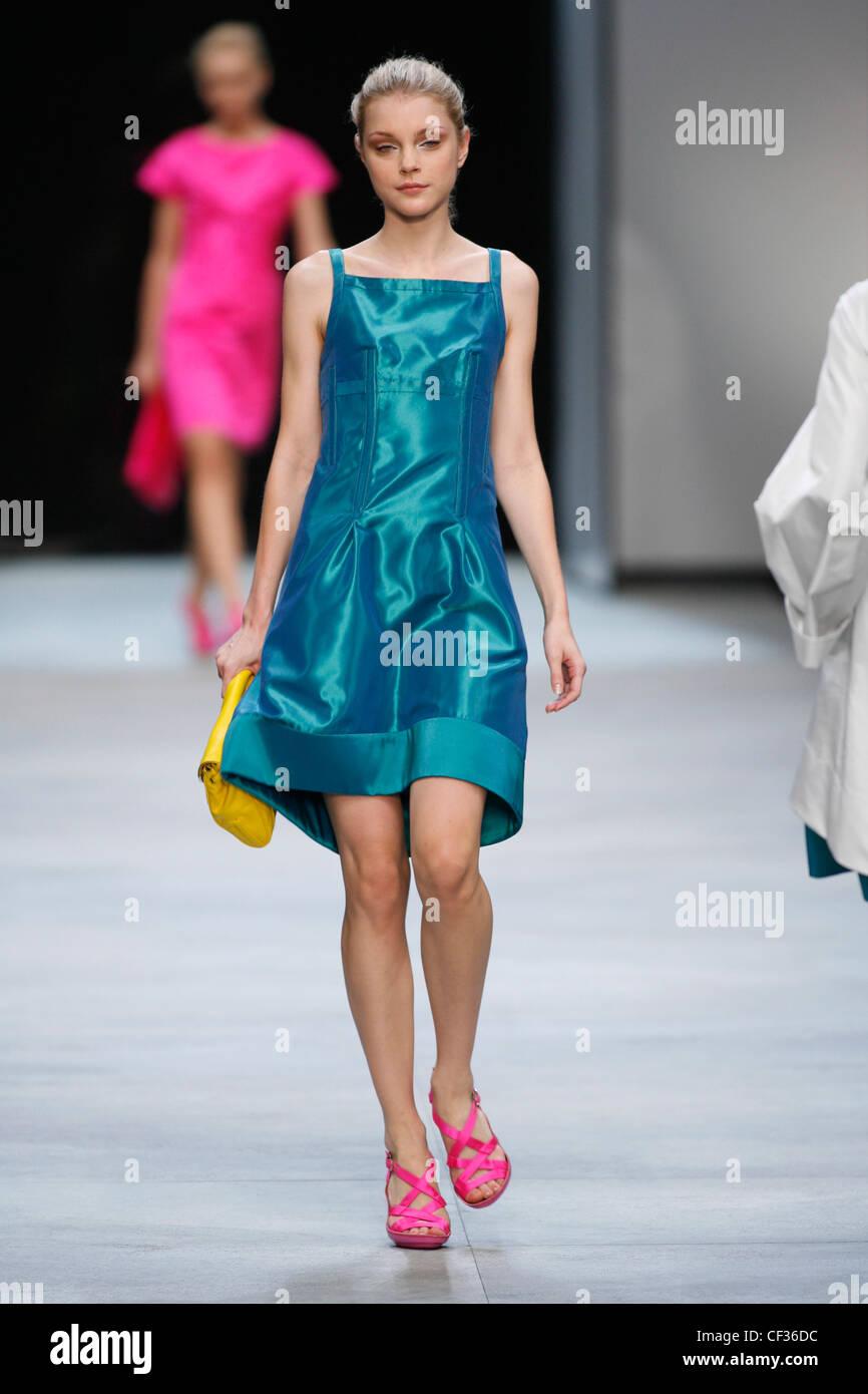 Vestido azul con zapatos amarillos