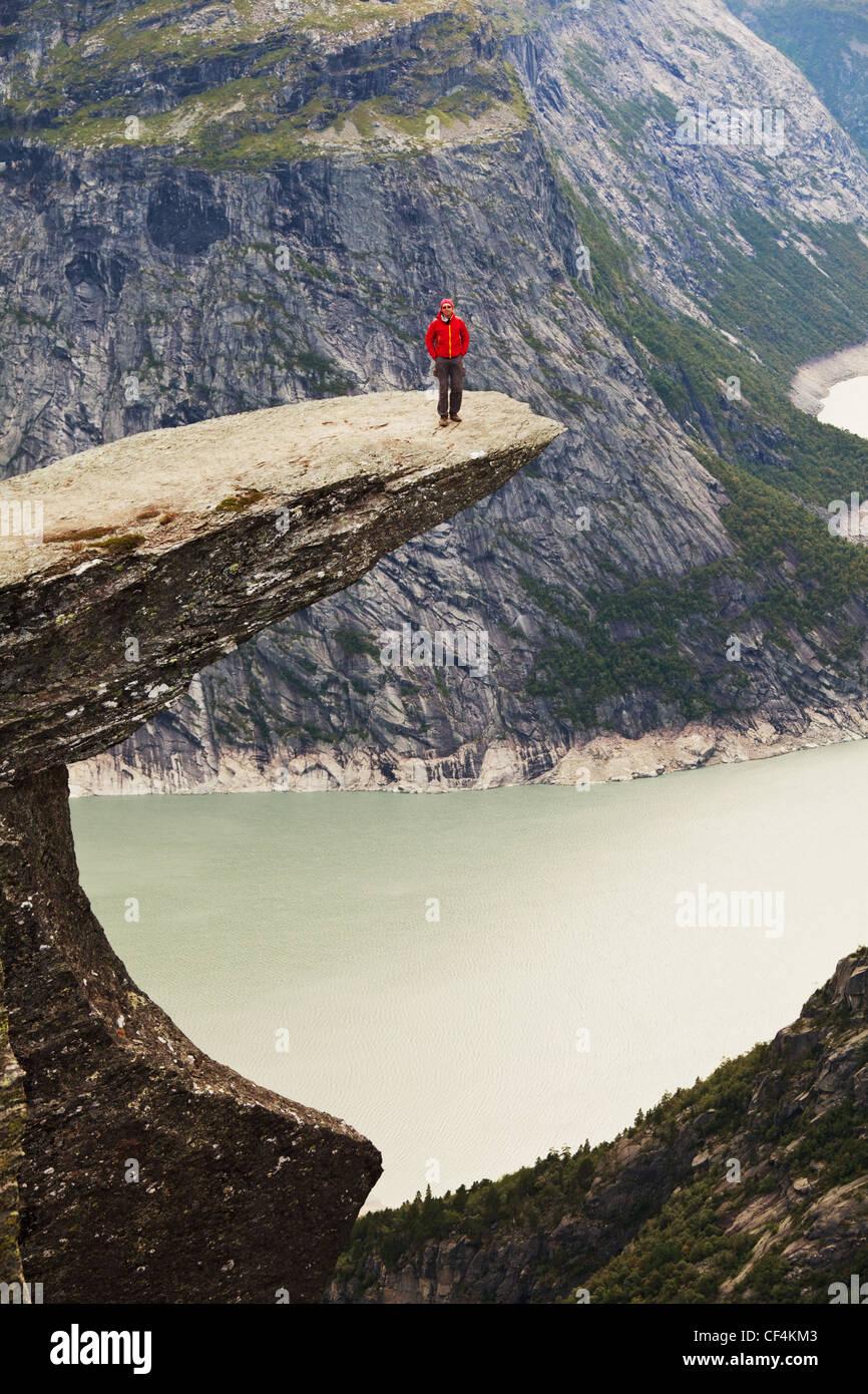 Senderismo en Noruega montañas,Trolltunga acantilado cerca de Odda Imagen De Stock
