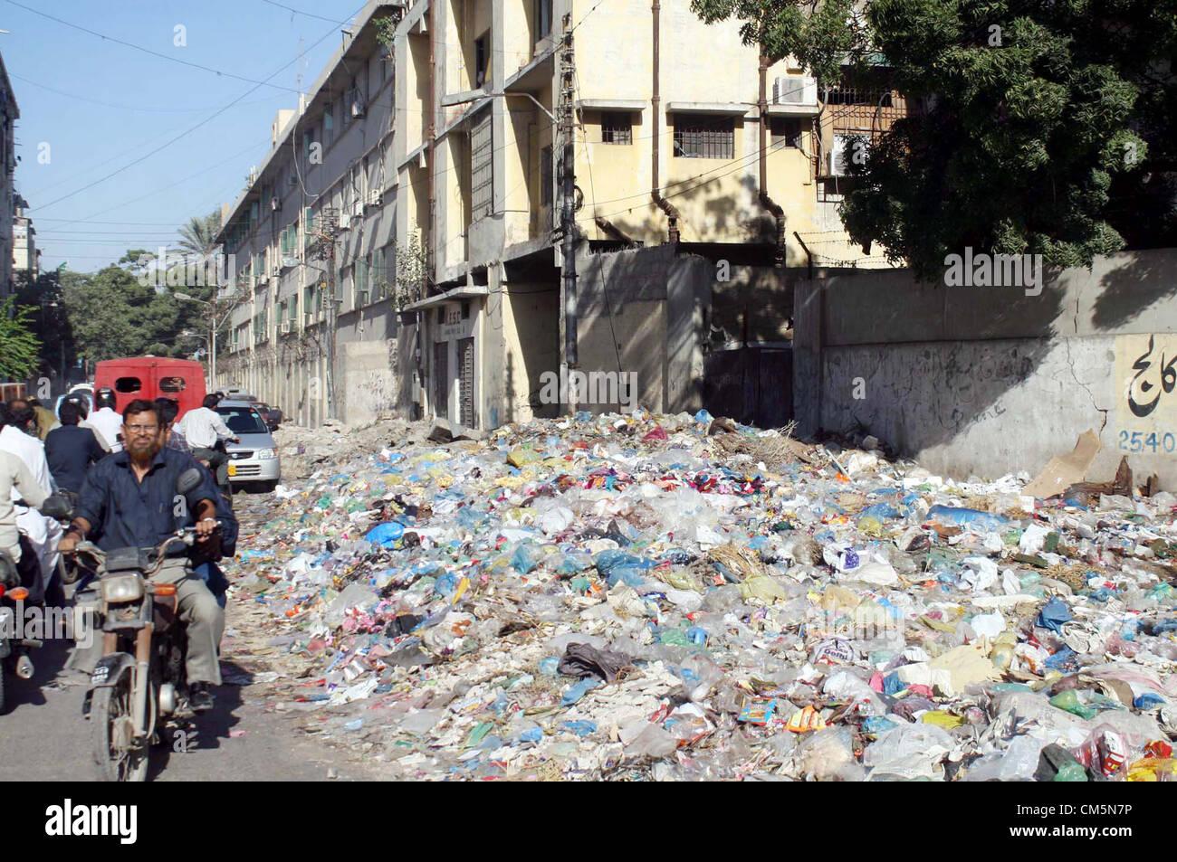 Stinky basura regada en la calle fuera de Kamal Ataturk camino ...
