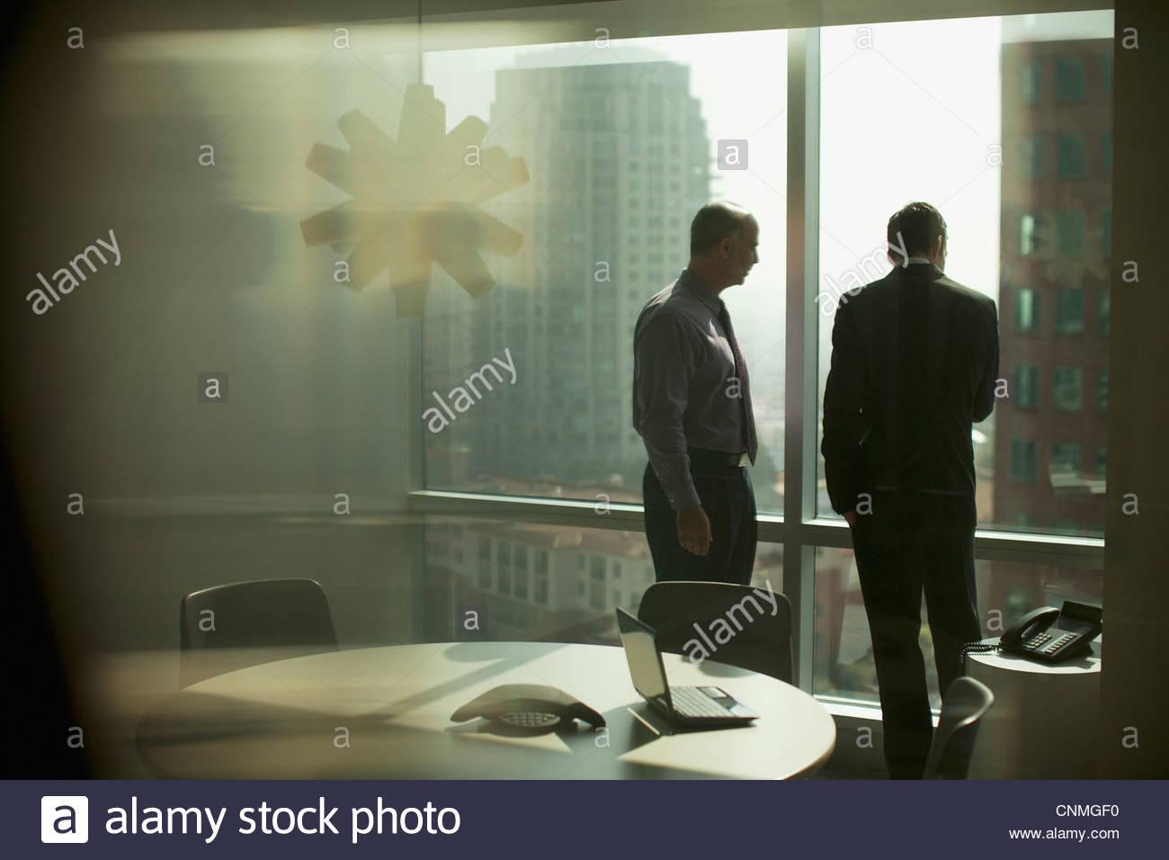 Los empresarios trabajan juntos en la oficina Imagen De Stock