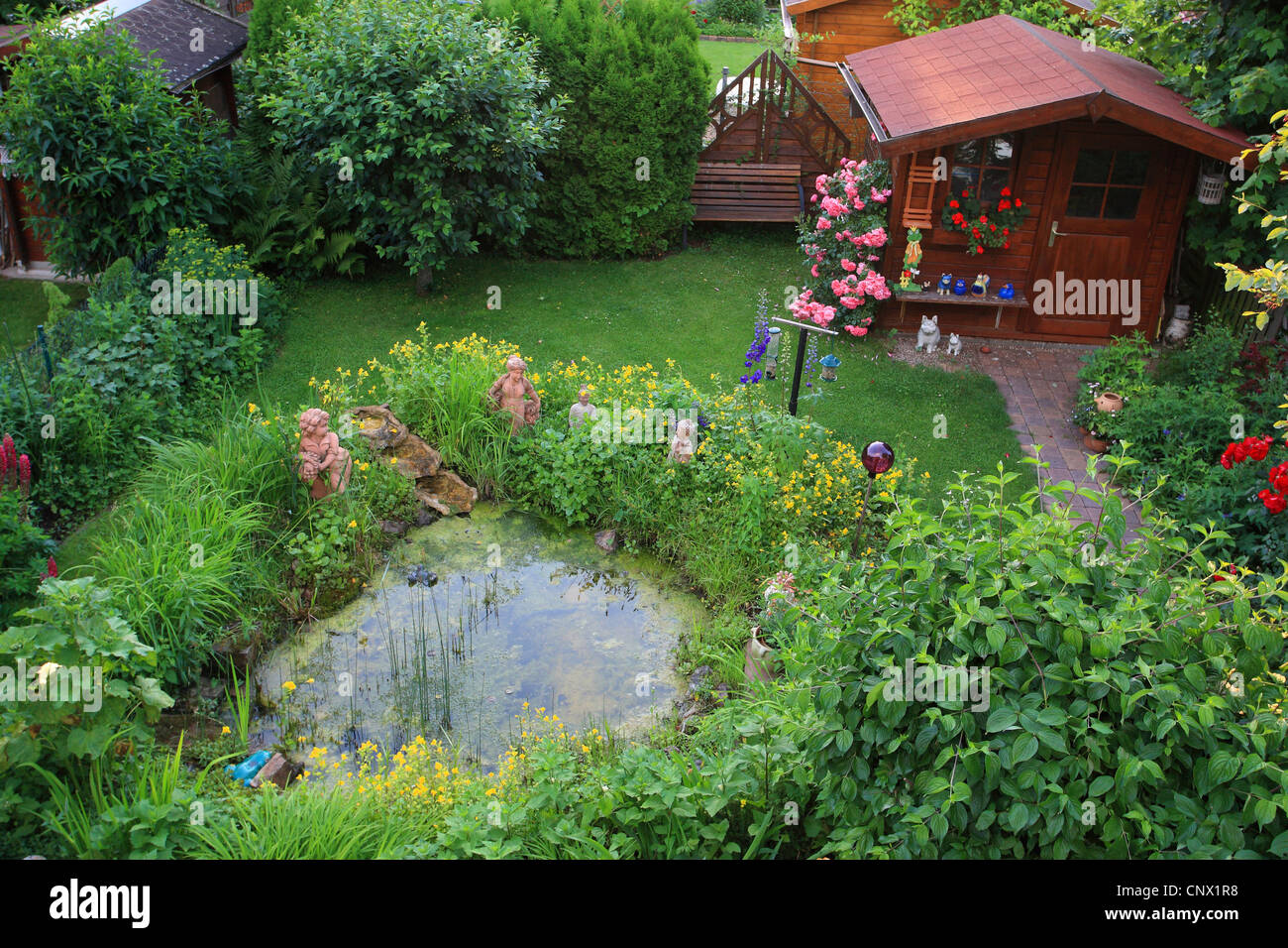 Jardin Con Estanque De Jardin Flores Y Figuras De Jardin Foto - Jardin-con-estanque