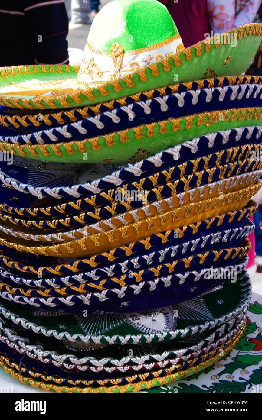 Pila de coloridos sombreros mexicanos para la venta en la tienda en la  acera. Día de la Independencia de México en Minneapolis ea6dc81a8cd