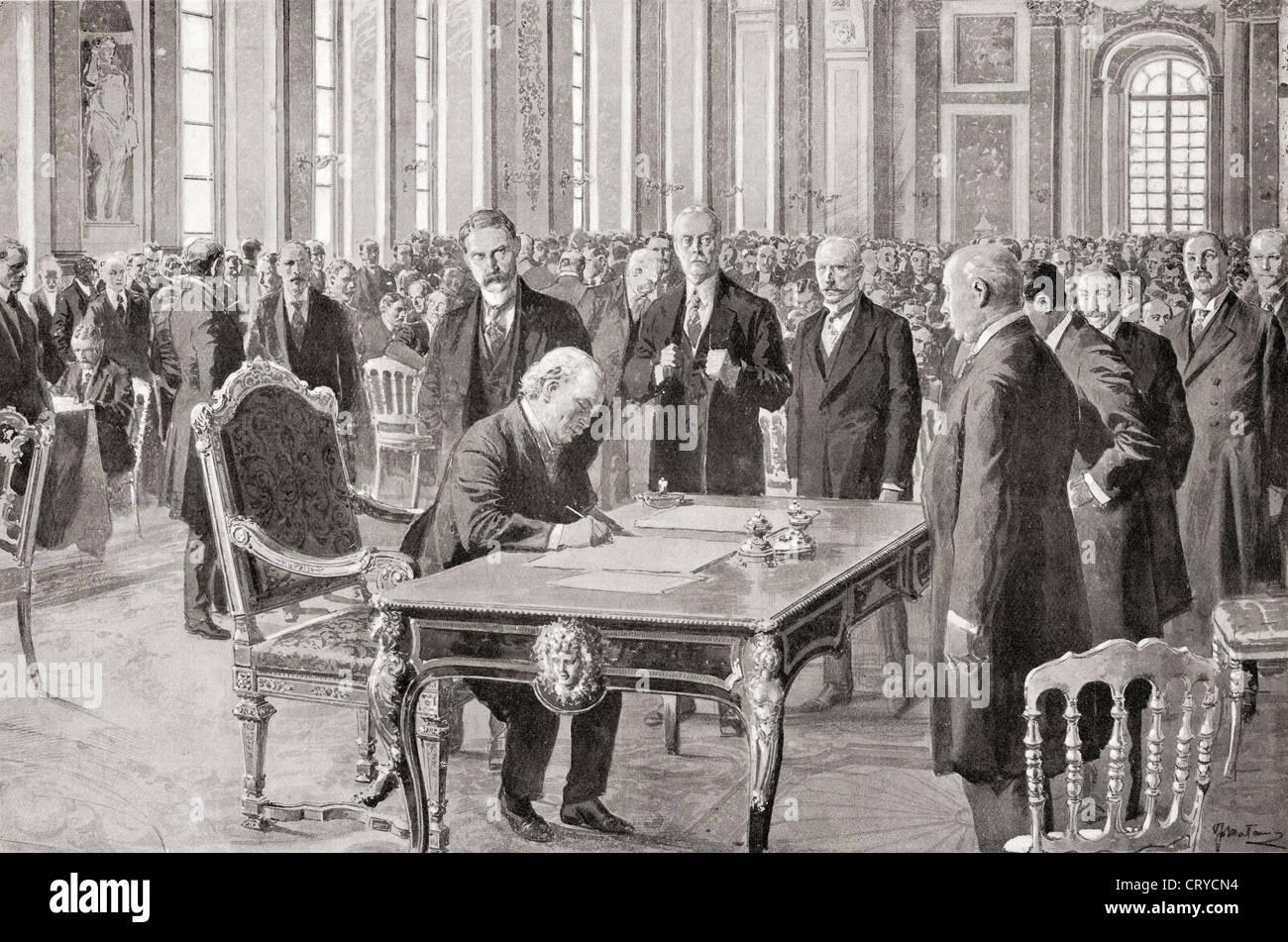 El Sr. Lloyd George firma el Tratado de Paz con Alemania, 28 de junio de 1919, en la Sala de los espejos, el Palacio Imagen De Stock