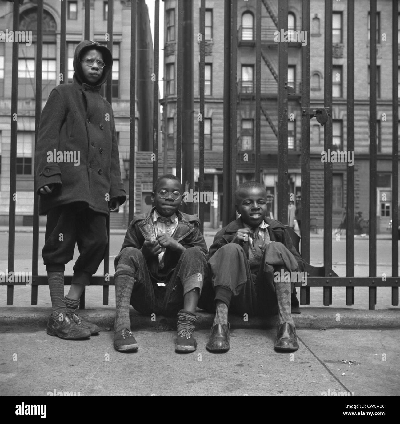 Tres niños afro-americanos en Harlem. Mayo de 1943 foto por Gordon Parks. Imagen De Stock