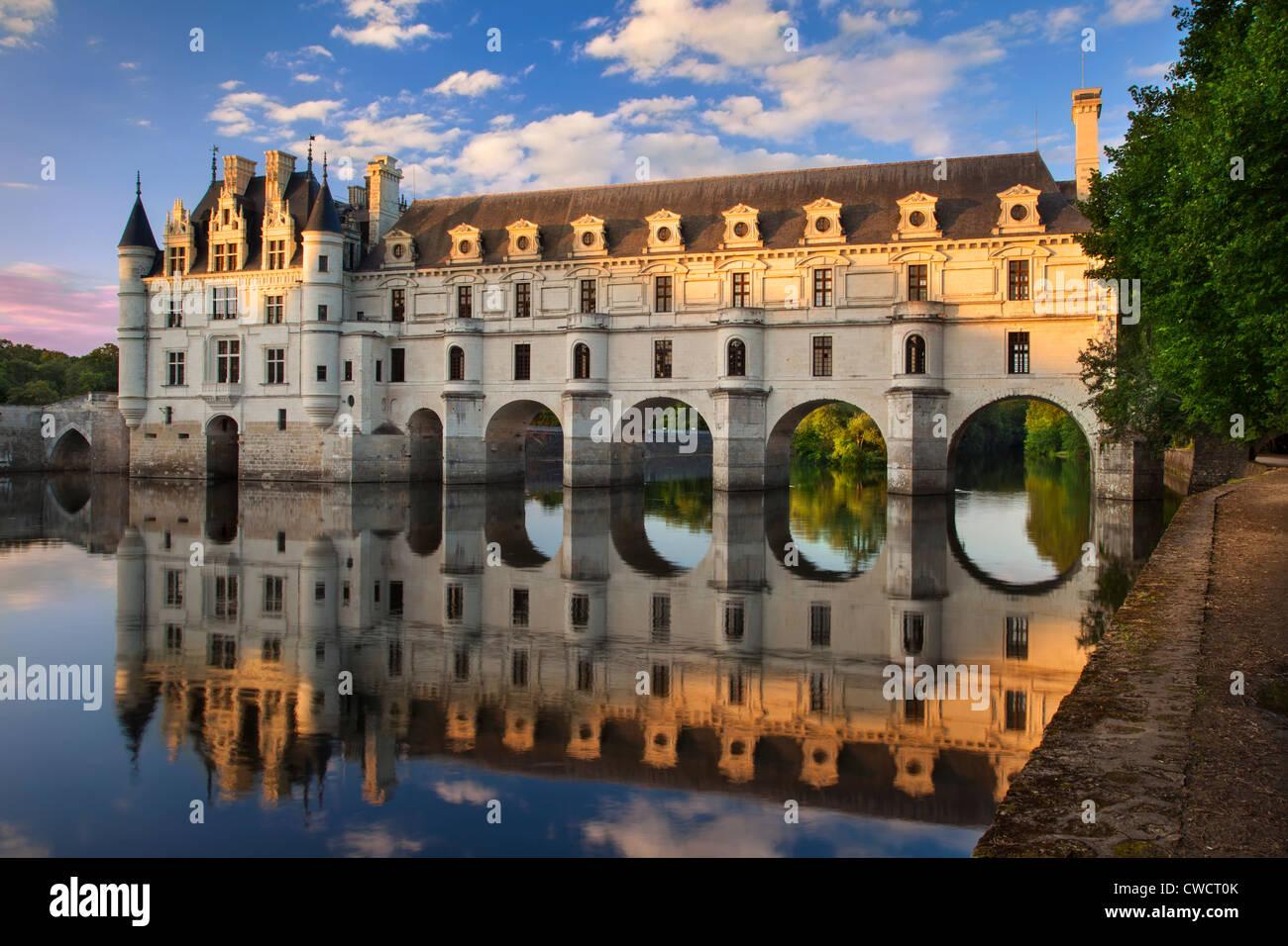 Por la noche la luz solar en el Château de Chenonceau y el río Cher, Indre-et-Loire, Centro Francia Imagen De Stock