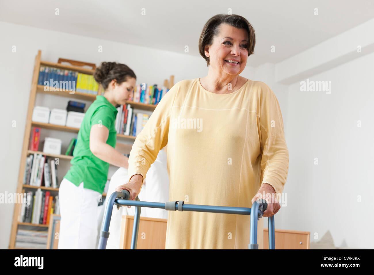 Alemania, Leipzig, Senior mujer caminando con poca trama otra mujer ...