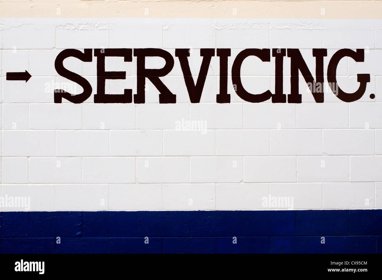 Servicio de redacción pintada en un muro de ladrillo de color blanco ...