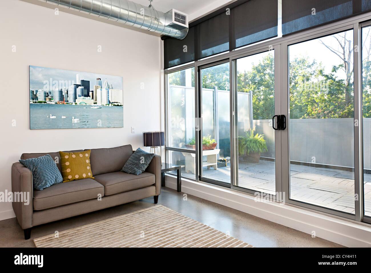 Sal n con puerta corredera de cristal al balc n for Puerta balcon