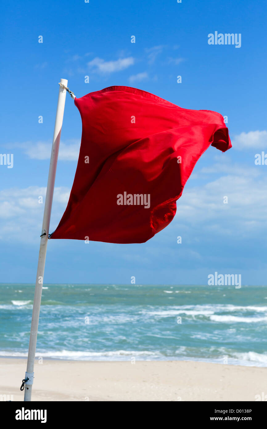 Una bandera roja de advertencia en contra de la natación, Fort ...