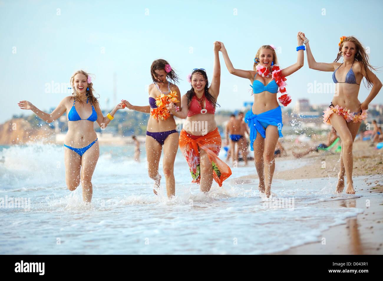 Chicas divirtiendose entre si