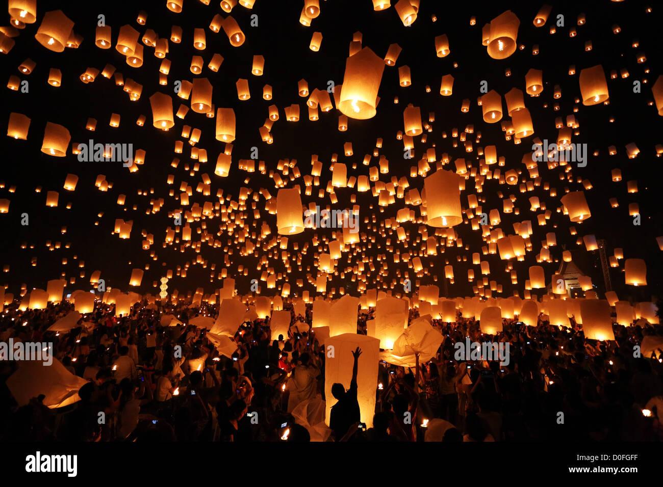Chiang Mai, Tailandia. El 24 de noviembre de 2012. Khom Loy linternas a la Yee Peng Sansai Linterna flotante ceremonia, Imagen De Stock