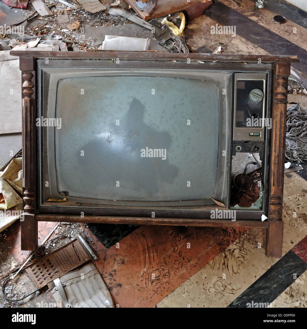 Vintage roto la televisión TV con marco de madera sobre el suelo ...
