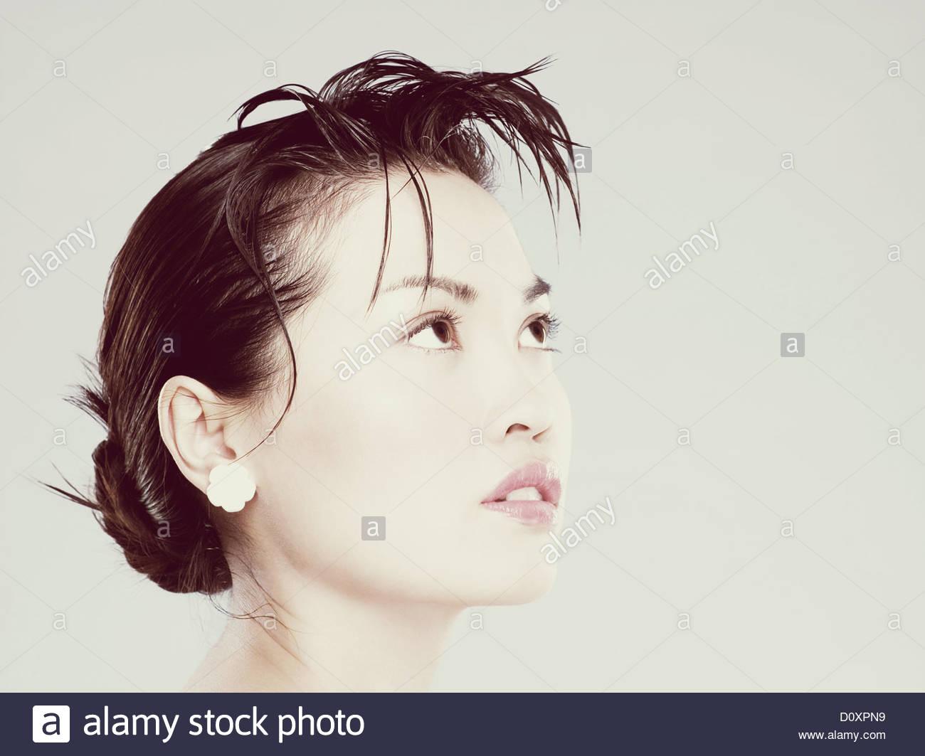 Mujer joven mirando hacia arriba Imagen De Stock