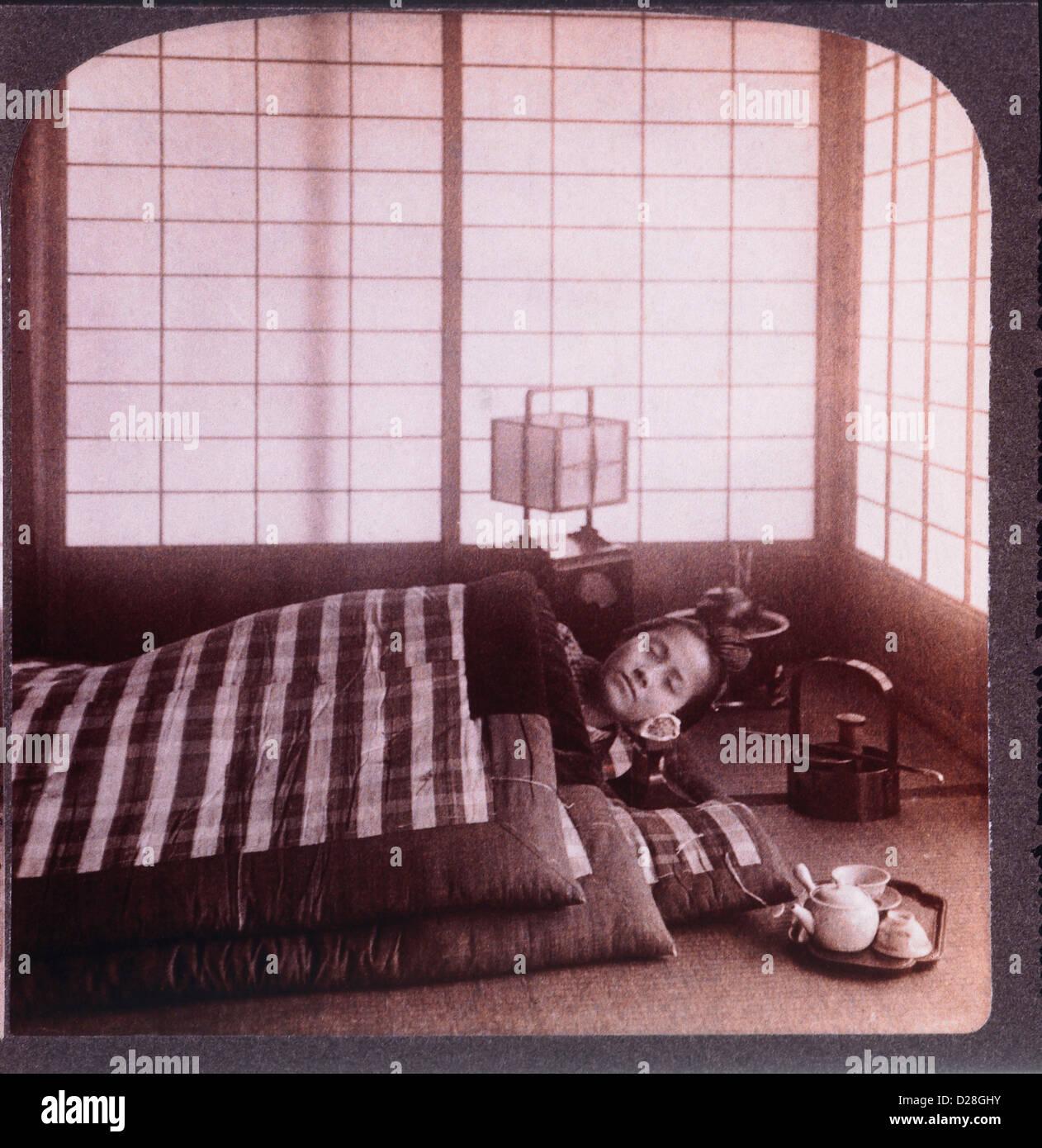 Mujer joven durmiendo entre los futones, Stereo Fotografía, 1904 Imagen De Stock