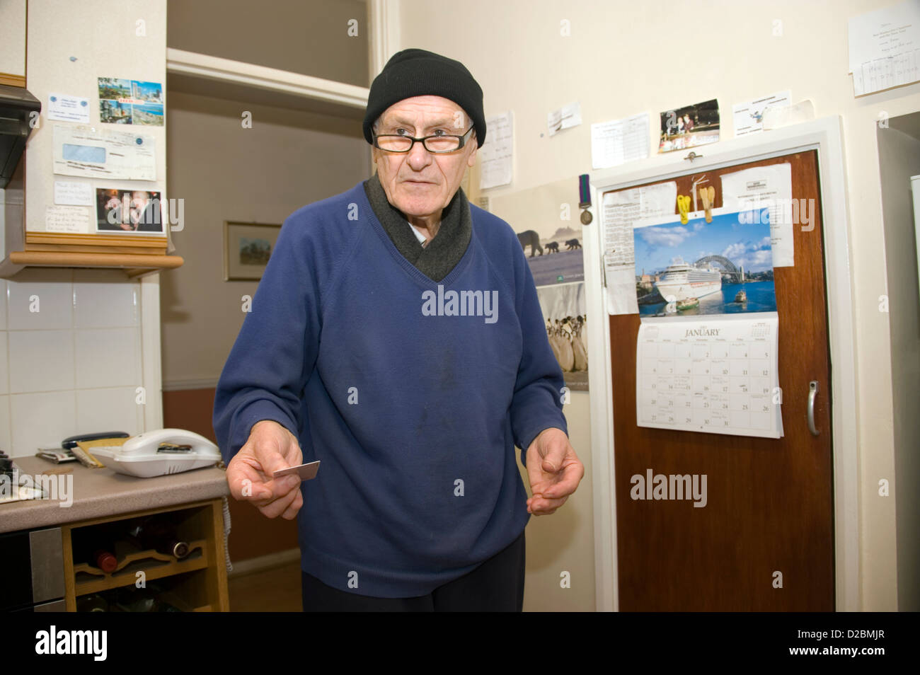 Un anciano confundido hombre anciano con demencia de pie en su ...