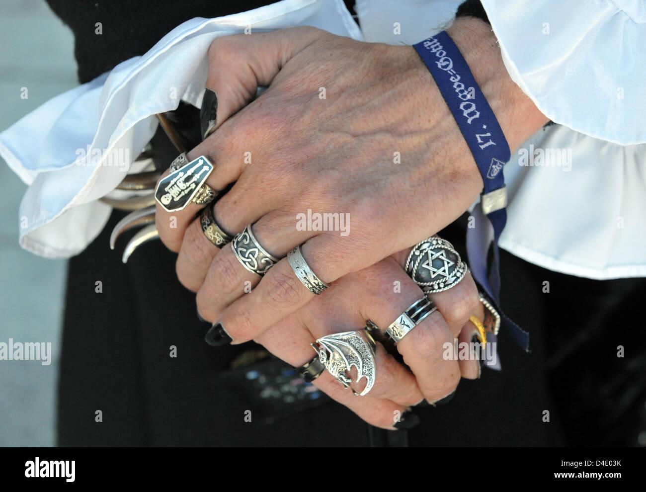 Las manos de un hombre negro se muestren con esmalte de uñas y ...