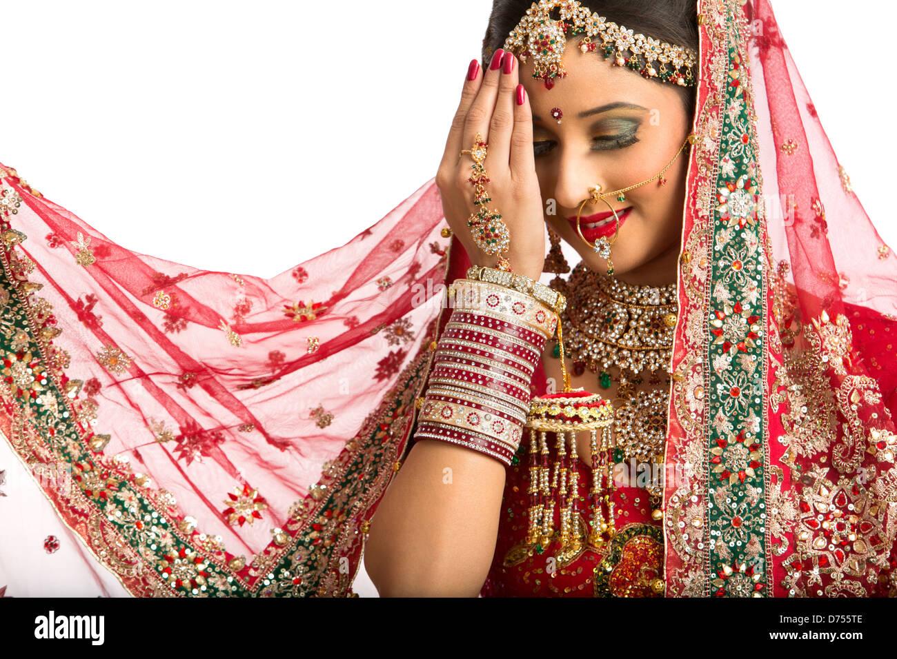 Novia indio sonriente en el tradicional vestido de novia Foto ...