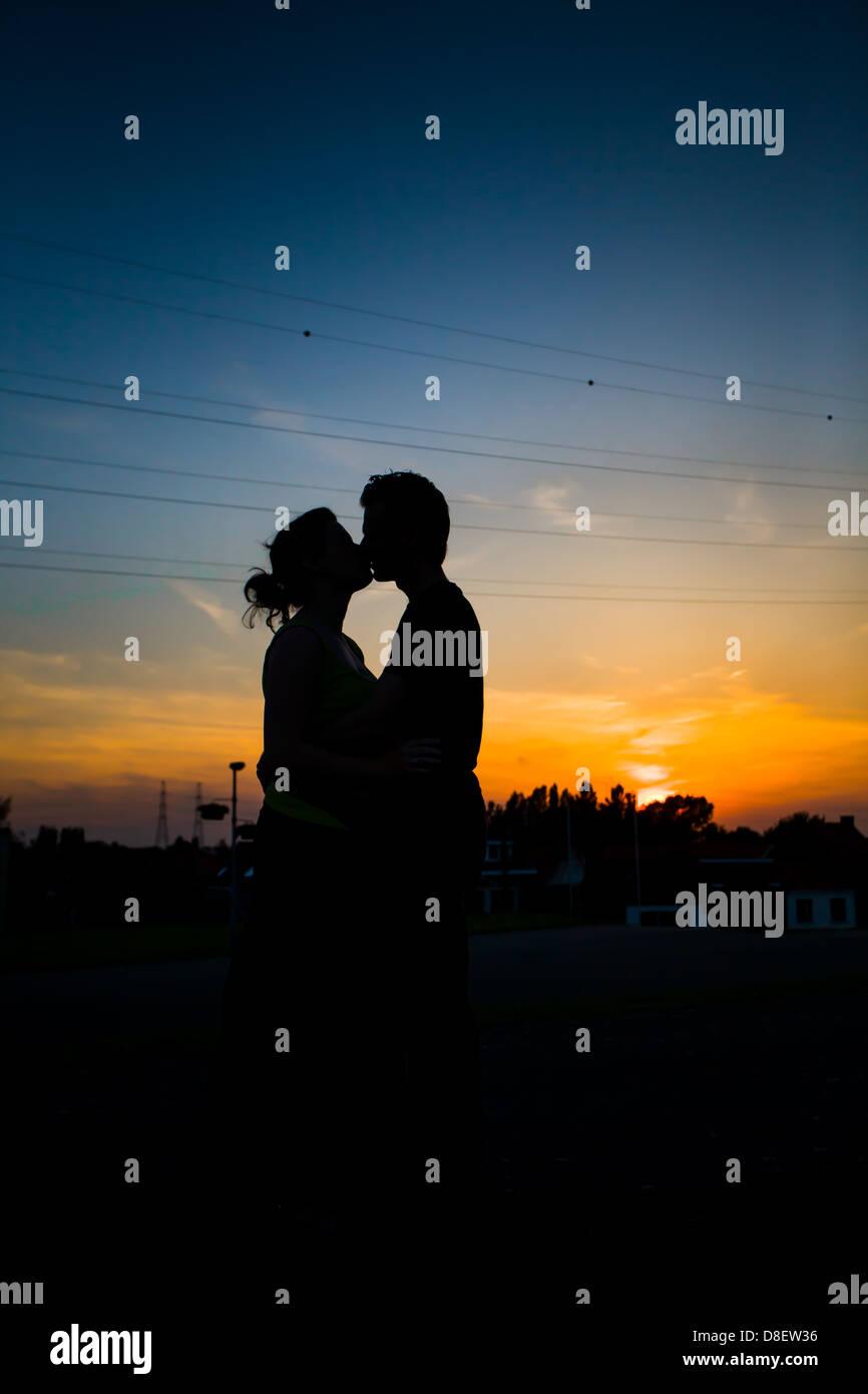 Foto De Las Siluetas De Una Pareja Enamorada Besos Y Abrazos Antes